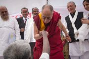 Его Святейшество Далай-лама благословляет жителя лепрозория в Тахирпуре. Дели, Индия. 20 марта 2014 г. Фото: Тензин Чойджор (офис ЕСДЛ)