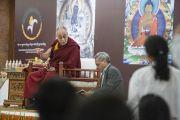 Его Святейшество Далай-лама отвечает на вопрос во время встречи со школьниками. Дели, Индия. 22 марта 2014 г. Фото: Тензин Чойджор (офис ЕСДЛ)