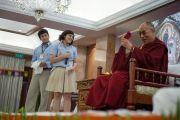 Школьники благодарят Его Святейшество Далай-ламу от имени всех участников встречи. Дели, Индия. 22 марта 2014 г. Фото: Тензин Чойджор (офис ЕСДЛ)