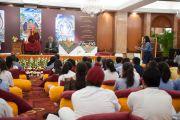 """Студентка задает вопрос Его Святейшеству Далай-ламе во время встречи в гостинице """"Тадж-Махал"""". Дели, Индия. 22 марта 2014 г. Фото: Тензин Чойджор (офис ЕСДЛ)"""