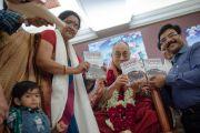Его Святейшество Далай-лама с автором новой книги Нирджи Мадхав перед началом второго дня учений. Дели, Индия. 22 марта 2014 г. Фото: Тензин Чойджор (офис ЕСДЛ)