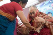 """В начале второго дня учений была проведена презентация книги Нирджи Мадхав """"Гайсе Джампа едет в Тибет"""". Его Святейшеству Далай-ламе вручают в подарок шаль. Дели, Индия. 22 марта 2014 г. Фото: Тензин Чойджор (офис ЕСДЛ)"""