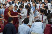 Покидая зал, Его Святейшество Далай-лама пожимает руки участникам встречи. Дели, Индия. 22 марта 2014 г. Фото: Тензин Чойджор (офис ЕСДЛ)