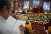 Художник делает набросок во время второго дня учений Его Святейшества Далай-ламы. Дели, Индия. 22 марта 2014 г. Фото: Тензин Чойджор (офис ЕСДЛ)