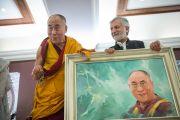 В завершение второго дня учений художник Ашок Чопра преподнес Его Святейшеству Далай-ламе его портрет. Дели, Индия. 22 марта 2014 г. Фото: Тензин Чойджор (офис ЕСДЛ)