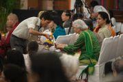 Участникам ритуала посвящения раздают благословленную воду. Дели, Индия. 23 марта 2014 г. Фото: Тензин Чойджор (офис ЕСДЛ)