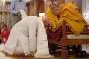 """Раджив Мехротра, управляющий """"Фонда всеобщей ответственности"""" благодарит Его Святейшество Далай-ламу за дарованные учения. Дели, Индия. 23 марта 2014 г. Фото: Тензин Чойджор (офис ЕСДЛ)"""