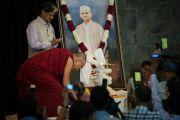 Его Святейшество Далай-лама перед портретом Лала Бахадура Шастри перед началом торжественной презентации новой книги. Дели, Индия. 23 марта 2014 г. Фото: Тензин Чойджор (офис ЕСДЛ)