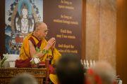 Его Святейшество Далай-лама проводит ритуал посвящения в заключительные день трехдневных учений. Дели, Индия. 23 марта 2014 г. Фото: Тензин Чойджор (офис ЕСДЛ)