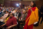 """Одна из участниц презентации книги """"Лал Бахадур Шастри - уроки лидерства"""" задает вопрос Его Святейшеству Далай-ламе. Дели, Индия. 23 марта 2014 г. Фото: Тензин Чойджор (офис ЕСДЛ)"""