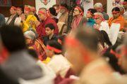 В ожидании посвящения участники учений Его Святейшества Далай-ламы надели символические повязки. Дели, Индия. 23 марта 2014 г. Фото: Тензин Чойджор (офис ЕСДЛ)
