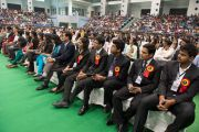 Студенты колледжа «Шри Рам» слушают Его Святейшество Далай-ламу. Дели, Индия. 24 марта 2014 г. Фото: Тензин Чойджор (офис ЕСДЛ)