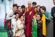 Его Святейшество Далай-лама фотографируется с тибетскими студентами на праздновании 88-й годовщины со дня основания торгового колледжа «Шри Рам».