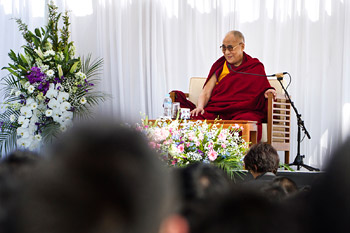 В Осаке Далай-лама посетил школу, буддийский центр и храм