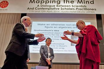 В Киото Далай-лама принял участие в первом дне конференции, посвященной составлению «карты ума»