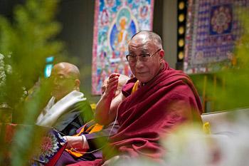 Перед отъездом в Токио Далай-лама прочел публичную лекцию в Коясане