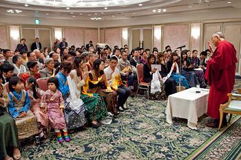 Перед отъездом из Японии Далай-лама встретился с тибетцами, монголами и китайцами