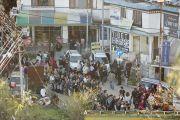 Очередь на входе в главный тибетский храм, где будут проходить учения Его Святейшества Далай-ламы. Дхарамсала, Индия. 31 марта 2014 г. Фото: Лобсанг Церинг (офис ЕСДЛ)