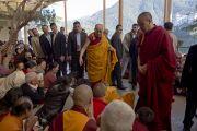 Перед началом учений Его Святейшество Далай-лама приветствует тибетцев, собравшихся в главном тибетском храме Дхарамсалы, Индия. 31 марта 2014 г. Фото: Лобсанг Церинг (офис ЕСДЛ)