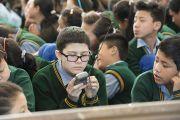 Тибетские школьники слушают учения Его Святейшества Далай-ламы. Дхарамсала, Индия. 31 марта 2014 г. Фото: Лобсанг Церинг (офис ЕСДЛ)