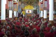 Монахи и монахини слушают учения Его Святейшества Далай-ламы. Дхарамсала, Индия. 31 марта 2014 г. Фото: Лобсанг Церинг (офис ЕСДЛ)