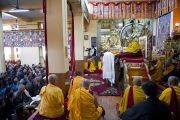 Его Святейшество Далай-лама дарует учения в главном тибетском храме Дхарамсалы, Индия. 31 марта 2014 г. Фото: Лобсанг Церинг (офис ЕСДЛ)