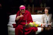 Его Святейшество Далай-лама отвечает на вопросы слушателей во время публичной лекции. Сендай, Япония. 7 апреля 2014 г. Фото: Тибетский офис в Японии