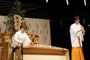 Исигаки Киеми (кото, японская арфа, и Исигаки Сейза (бамбуковая флейта сякухати) выступают с коротким концертом перед началом публичной лекции Его Святейшества Далай-ламы. Сендай, Япония. 7 апреля 2014 г. Фото: Джереми Рассел (офис ЕСДЛ)