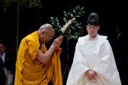 Его Святейшество Далай-лама участвует в синтоистском ритуале очищения перед началом публичной лекции. Сендай, Япония. 7 апреля 2014 г. Фото: Джереми Рассел (офис ЕСДЛ)