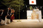 Его Святейшество Далай-лама и другие гости участвуют в синтоистском ритуале очищения перед началом публичной лекции. Сендай, Япония. 7 апреля 2014 г. Фото: Джереми Рассел (офис ЕСДЛ)