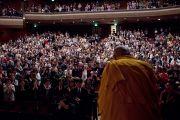 Его Святейшество Далай-лама здоровается со слушателями перед началом публичной лекции. Сендай, Япония. 7 апреля 2014 г. Фото: Тибетский офис в Японии