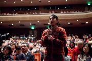 Слушатель задает вопрос Его Святейшеству Далай-ламе во время его публичной лекции. Сендай, Япония. 7 апреля 2014 г. Фото: Тибетский офис в Японии