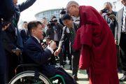 Его Святейшество Далай-лама здоровается с учеником школы для мальчиков «Сейфу Гакуен». Осака, Япония. 9 апреля 2014 г. Фото: Тибетский офис в Японии