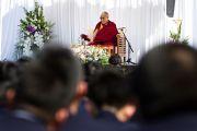 Его Святейшество Далай-лама беседует с учениками школы для мальчиков «Сейфу Гакуен». Осака, Япония. 9 апреля 2014 г. Фото: Тибетский офис в Японии