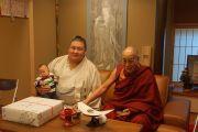 Его Святейшество Далай-лама с монгольским борцом сумо Кагамио Нандзи. Осака, Япония. 9 апреля 2014 г. Фото: Джереми Рассел (офис ЕСДЛ)