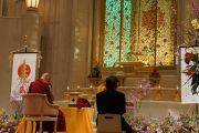 Его Святейшество Далай-лама проводит церемонию освящения в буддийском центре для мирян «Миодо-кай». Осака, Япония. 9 апреля 2014 г. Фото: Джереми Рассел (офис ЕСДЛ)