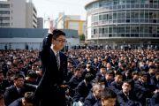 Ученик школы для мальчиков «Сейфу Гакуен» задает вопрос Его Святейшеству Далай-ламе. Осака, Япония. 9 апреля 2014 г. Фото: Тибетский офис в Японии