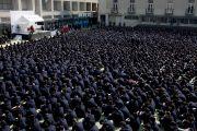 Более двух тысяч учеников школы для мальчиков «Сейфу Гакуен» слушают Его Святейшество Далай-ламу. Осака, Япония. 9 апреля 2014 г. Фото: Тибетский офис в Японии