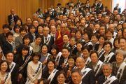 Его Святейшество Далай-лама фотографируется с членами буддийского центра для мирян «Миодо-кай». Осака, Япония. 9 апреля 2014 г. Фото: Джереми Рассел (офис ЕСДЛ)