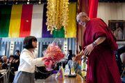 Девочка преподносит цветы Его Святейшеству Далай-ламе в храме Риннандзи. Осака, Япония. 9 апреля 2014 г. Фото: Тибетский офис в Японии