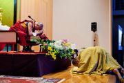 Совершение простираний перед началом лекции Его Святейшества Далай-ламы в частном университете Сучи-ин. Киото, Япония. 10 апреля 2014 г. Фото: Тибетский офис в Японии