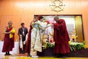 По окончании лекции в университете Сучи-ин одна из слушательниц поднесла Его Святейшеству Далай-ламе цветы. Киото, Япония. 10 апреля 2014 г. Фото: Тибетский офис в Японии