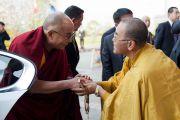 В частном университете Сучи-ин Его Святейшество Далай-ламу встречает досточтимый Сугури Коузуи, декан университета и главный настоятель храма Накаяма Дера. Киото, Япония. 10 апреля 2014 г. Фото: Тибетский офис в Японии