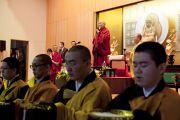 Монахи читают молитвы перед началом лекции Его Святейшества Далай-ламы в частном университете Сучи-ин. Киото, Япония. 10 апреля 2014 г. Фото: Тибетский офис в Японии