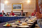 """Его Святейшество Далай-лама и другие докладчики конференции """"Создание карты ума"""" во время обеда в первый день работы конференции. Киото, Япония. 11 апреля 2014 г. Фото: Тибетский офис в Японии"""