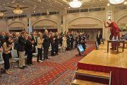"""Его Святейшество Далай-лама приветствует аудиторию перед началом первого дня конференции """"Создание карты ума"""". Киото, Япония. 11 апреля 2014 г. Фото: Джереми Рассел (офис ЕСДЛ)"""