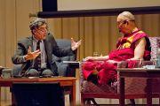 """Ричард Дэвидсон и Его Святейшество Далай-лама во время обсуждения в первый день конференции """"Создание карты ума"""". Киото, Япония. 11 апреля 2014 г. Фото: Тибетский офис в Японии"""