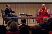 """Его Святейшество Далай-лама и профессор Макото Нагао во время обсуждения во второй день конференции """"Создание карты ума"""". Киото, Япония. 12 апреля 2014 г. Фото: Тибетский офис в Японии"""