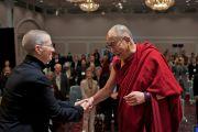 """Его Святейшество Далай-лама приветствует Роши Джоан Халифакс во второй день конференции """"Создание карты ума"""". Киото, Япония. 12 апреля 2014 г. Фото: Тибетский офис в Японии"""
