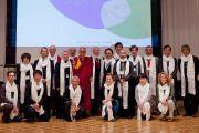 """Его Святейшество Далай-лама с участниками и организаторами двухдневной конференции """"Создание карты ума"""". Киото, Япония. 12 апреля 2014 г. Фото: Тибетский офис в Японии"""